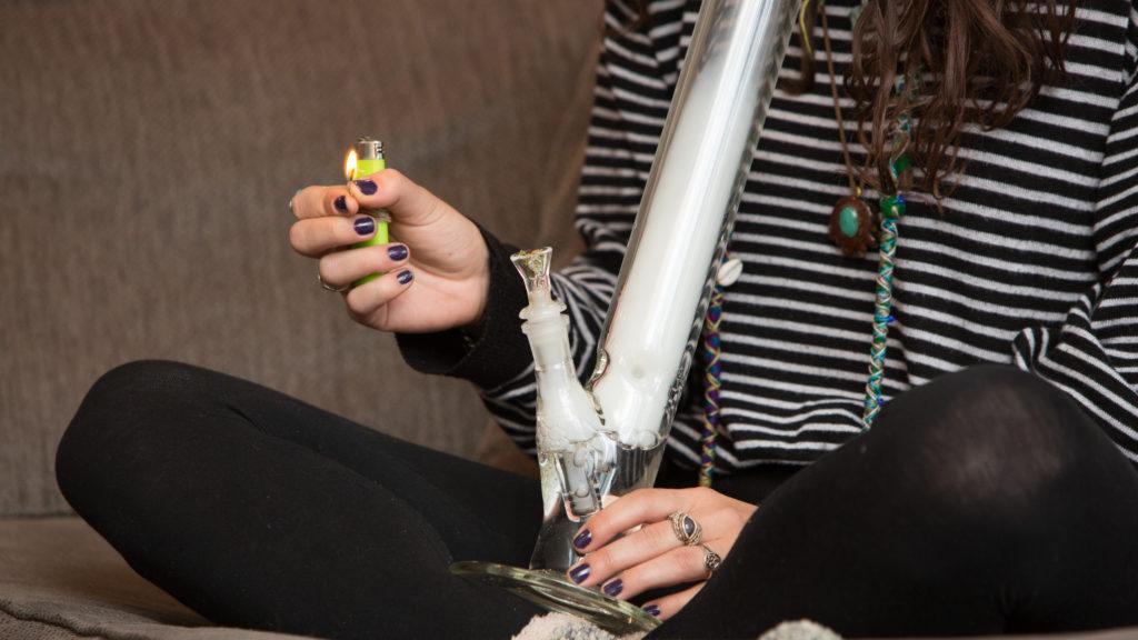 Fumer du cannabis cbd avec un bong transparent