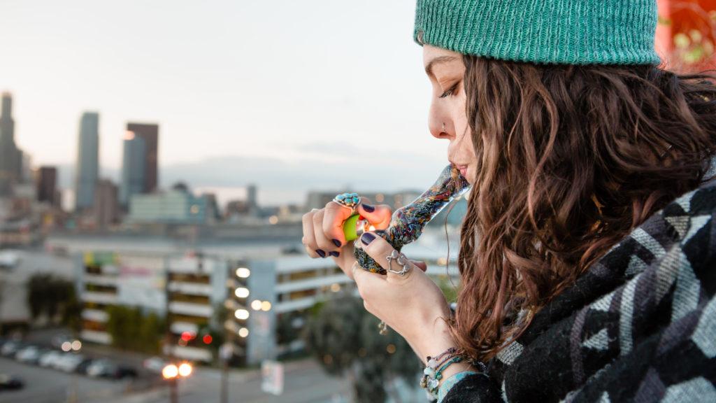 Fumer du cannabis cbd avec avec une pipe