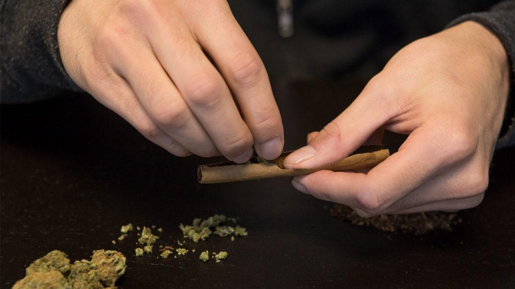 Fumer cannabis avec un blunt